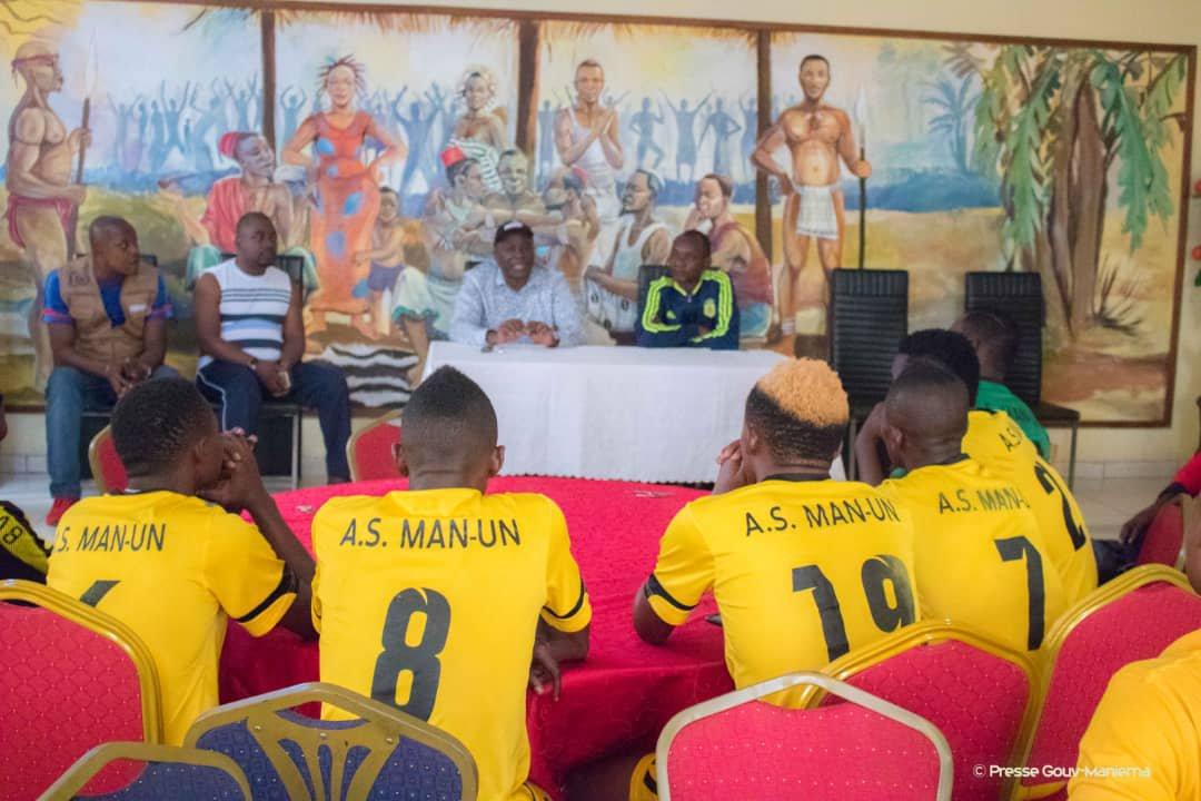 Le Gouverneur est allé réconforté les joueurs de l'AS Maniema Union avant le match