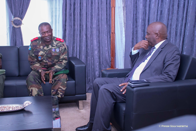 Maniema : Le Gouverneur Auguy Musafiri s'entretient avec le Commandant Groupement des Centres d'instruction des FARDC