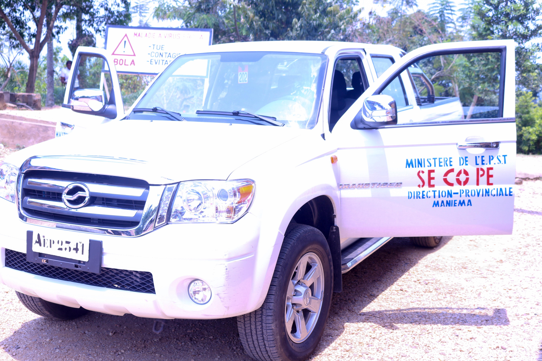 Le Gouverneur remet une Jeep Nisan au SECOPE