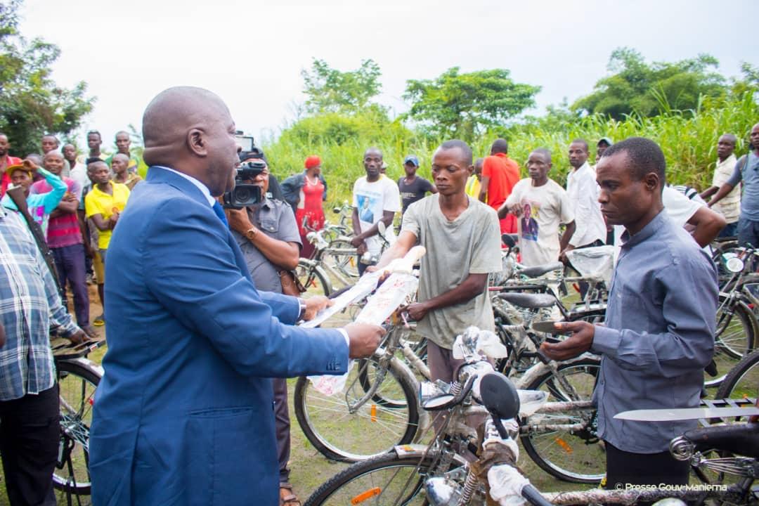 Maniema : le Gouverneur Musafiri distribue 80 vélos et outils aux paysans pour le contonnage manuel des routes des dessertes agricoles