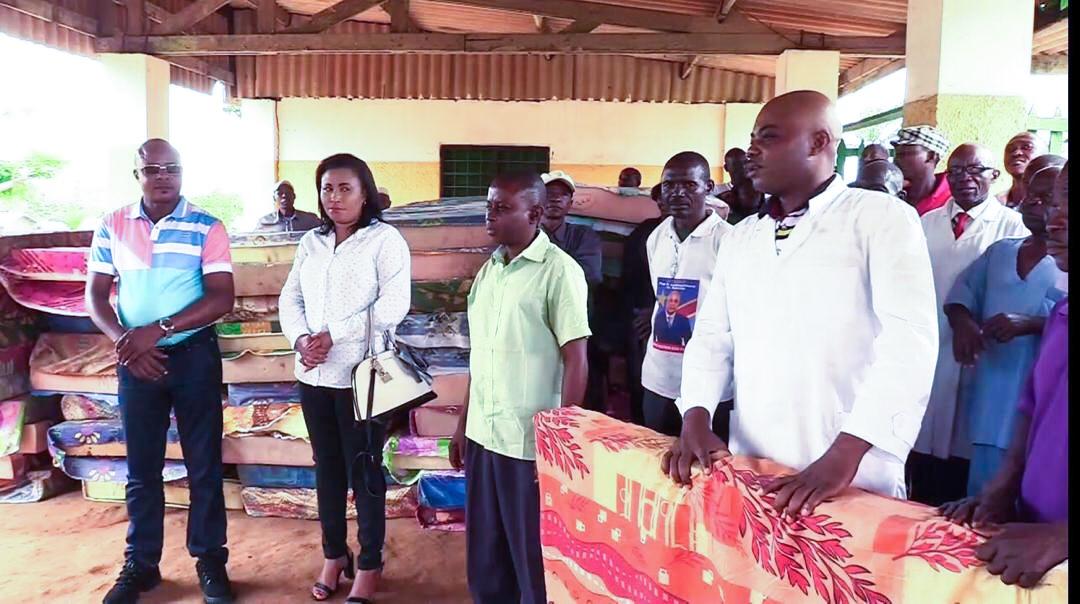 Kasongo : Le Vice-gouverneur Amadi appui en matelas la maternité de l'Hôpital Général
