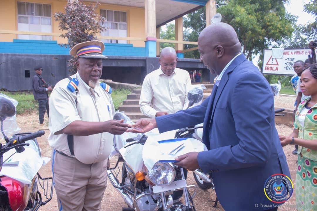 Kindu : Le Gouverneur remet des motos aux Bourgmestres, don de E. R. Shadary