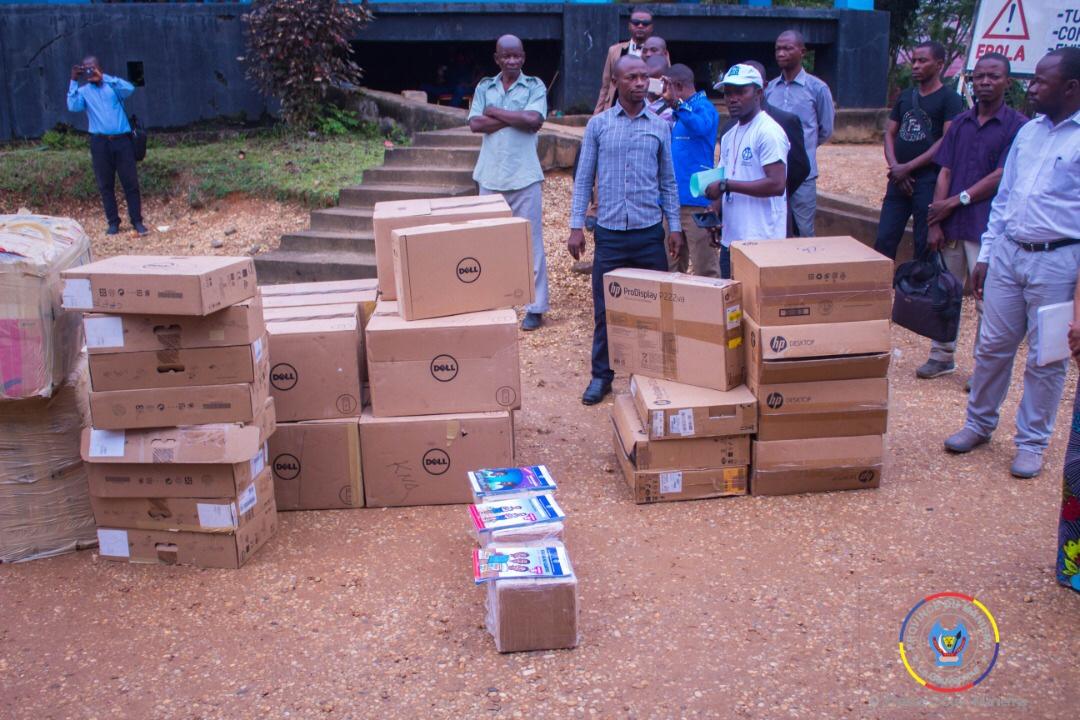 Maniema : Le Vice-gouverneur Jean-Pierre Amadi remet 14kits d'ordinateurs et des manuels de Kiswahili aux 14 Sous-Proved.