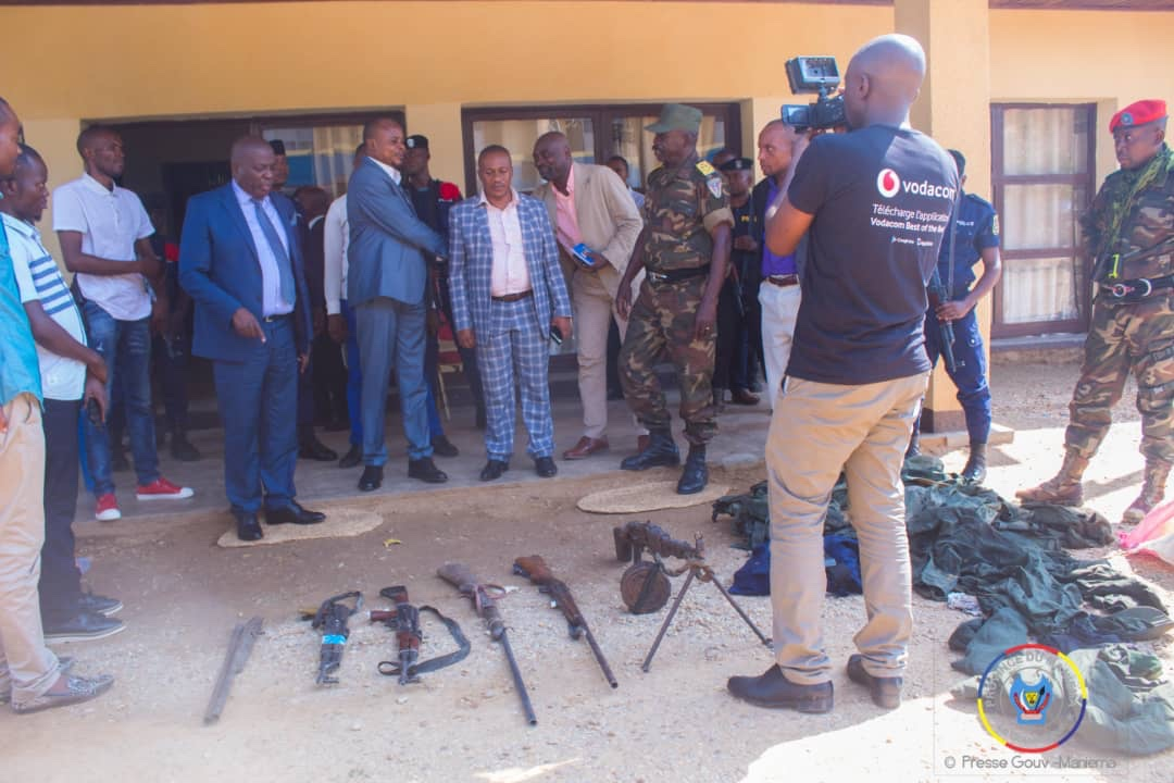 Maniema : des armes et effets militaires appartenant au chef milicien Bernard ont été présentés au gouverneur