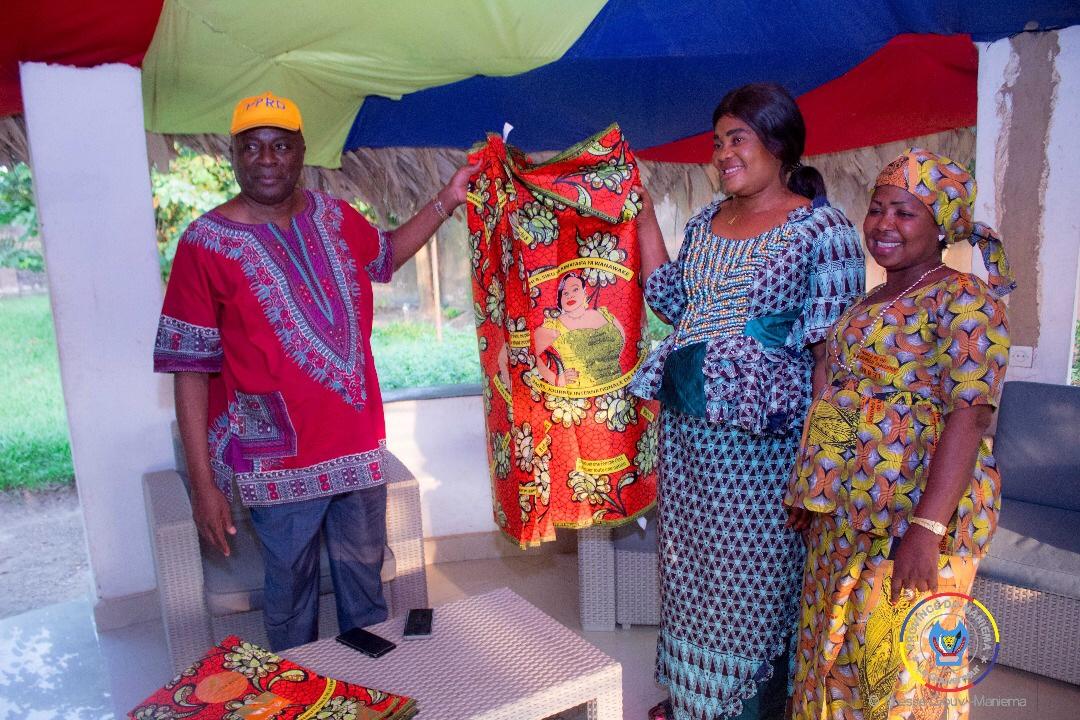 08 mars au Maniema : des pagnes pour les femmes, don du Gouverneur Musafiri