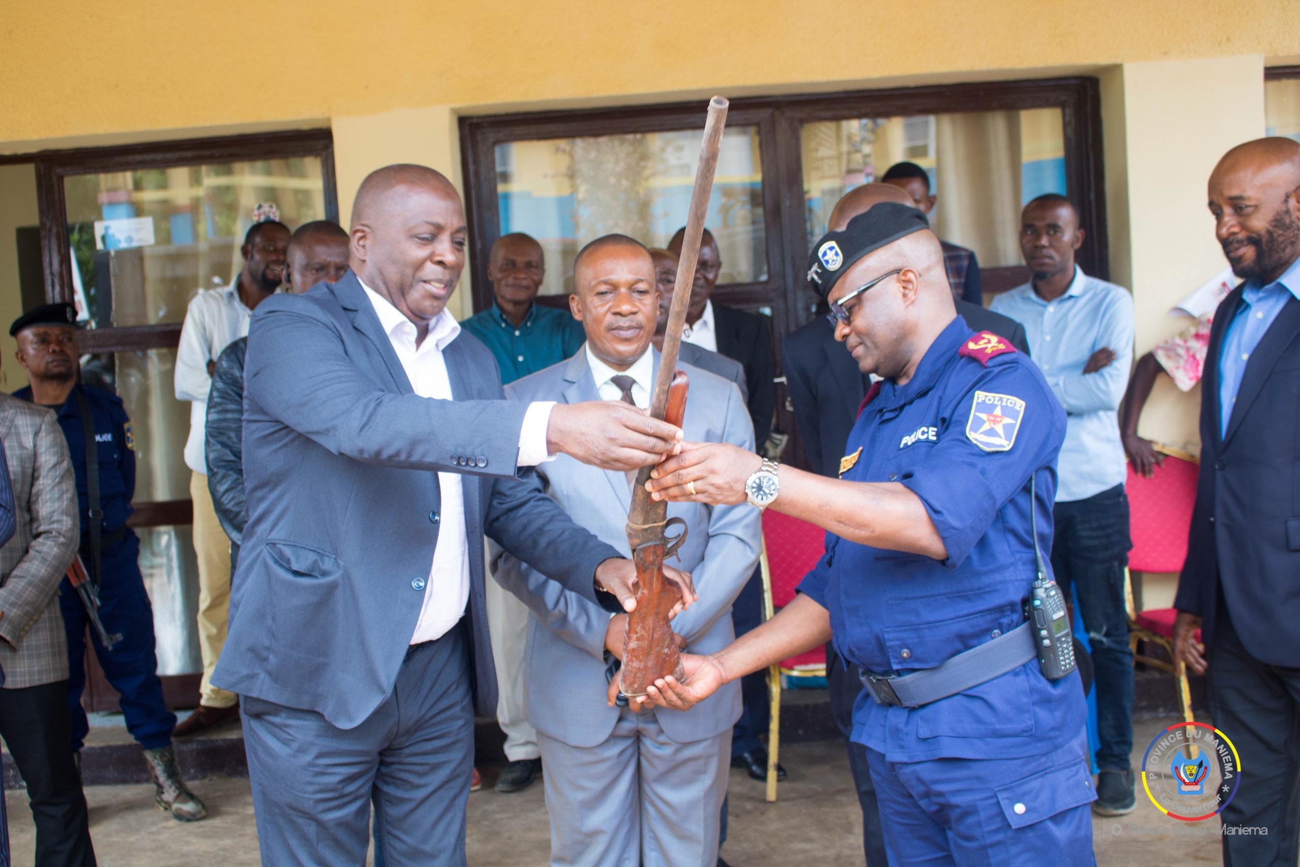 Kibombo : 69 armes de fabrication artisanale collectées ont été présentées au Gouverneur Musafiri