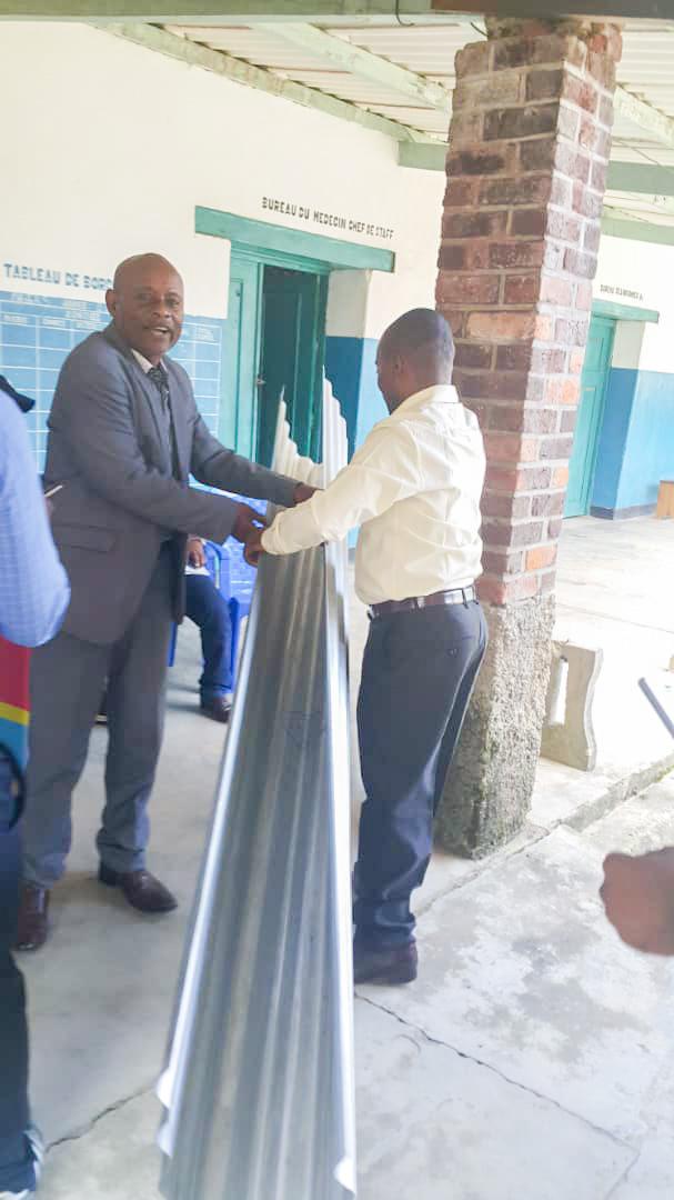 Maniema : le Gouvernement provincial dote l'HGR Kalima des tôles pour le bâtiment du bloc opératoire
